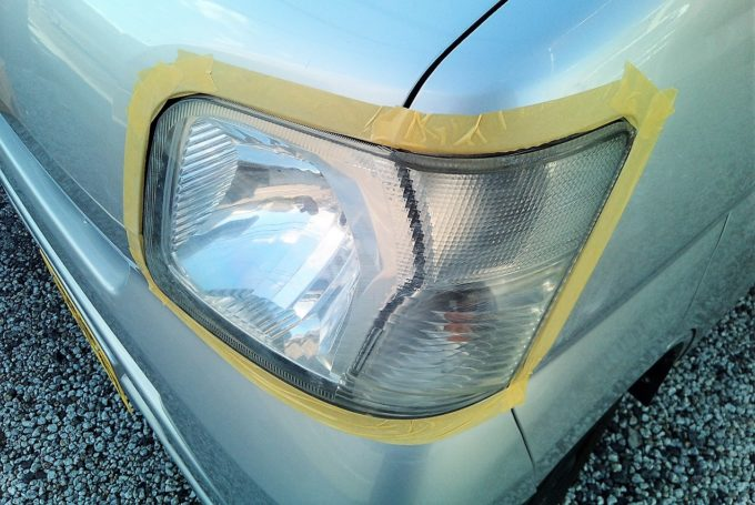 ヘッドライトの周りにマスキングテープを貼り付ける