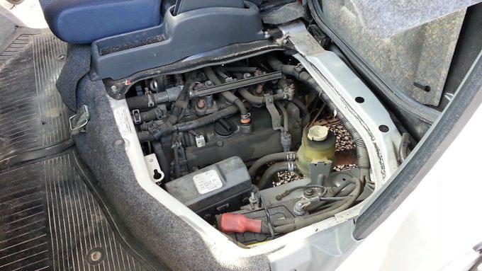 ハイゼットのシート下にあるエンジンオイルの注入口