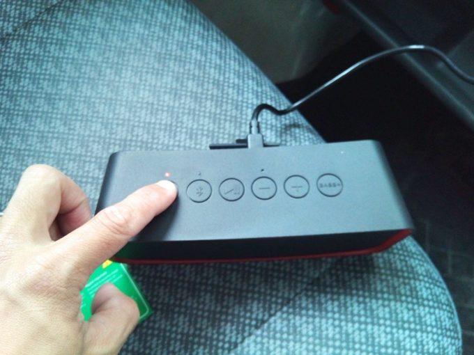 ブルートゥーススピーカーの電源ボタンを押す