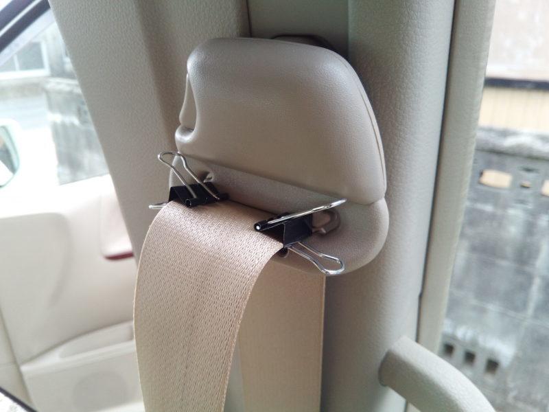クリップでシートベルトを伸ばしたまま固定する