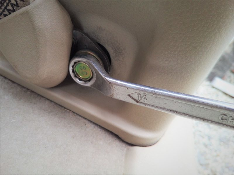 シートベルトの固定をスパナで取り外す