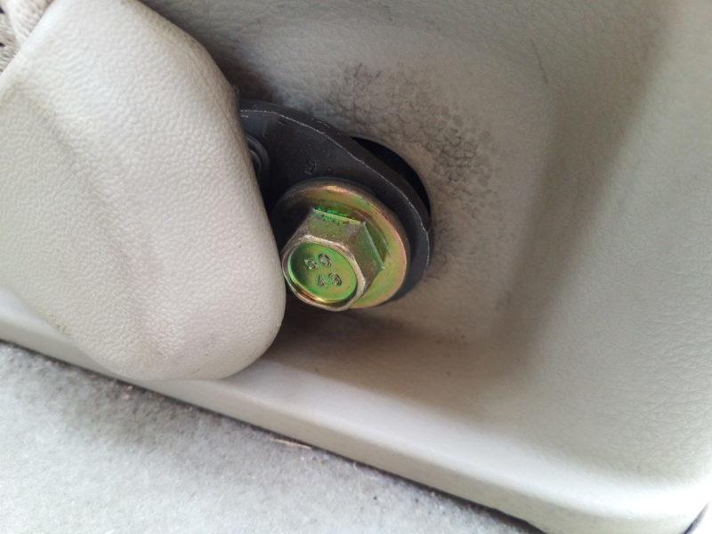 シートベルトを固定しているボルト