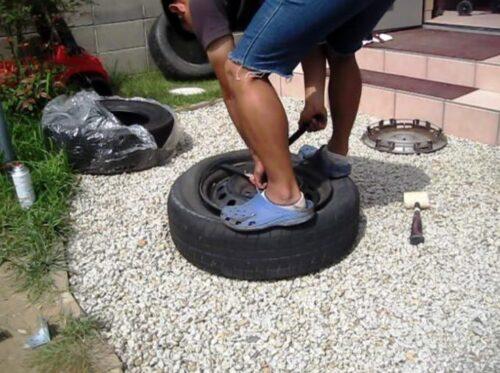タイヤレバーを使ってホイールからタイヤのビードを外す