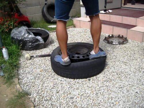タイヤの上に乗ってホイールからタイヤを外す