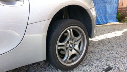 ジャッキを使ってBMWのタイヤを持ち上げる