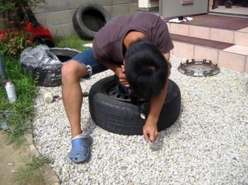 タイヤレバーを使ってホイールからタイヤを取り外す