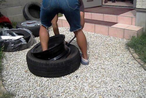 ホイールにタイヤをはめ込む
