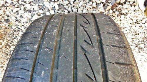 タイヤのトレッドが非対称