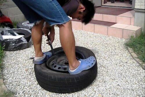 タイヤの表面を上にしてホイールを入れていく