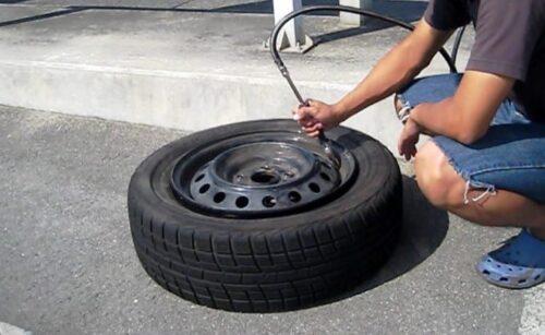 タイヤに空気を入れてビードを上げる