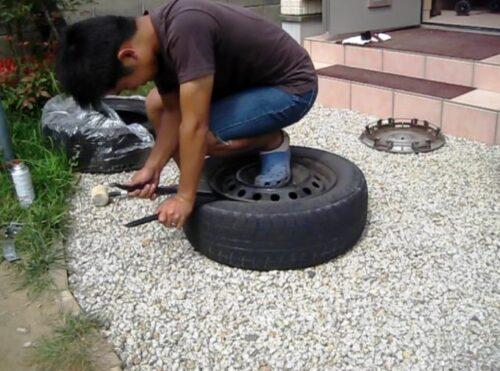 タイヤレバーをホイールとタイヤの隙間に入れる
