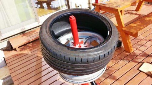 タイヤをホイールの上に乗せ、両手でグイグイっとホイールに押し込む