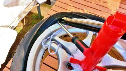 タイヤチェンジャーに付属の長い棒(先が尖った方)を挿入