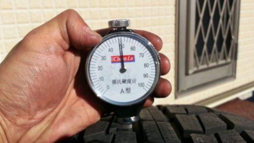 オートバックスのスタッドレスタイヤノーストレックを実際に硬度計を使ってタイヤのゴム硬度を測定した結果約50という数値