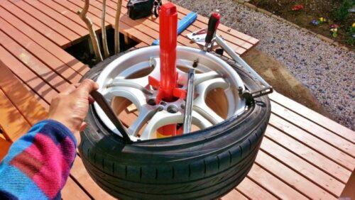 タイヤチェンジャー付属の長い棒を使うのではなく、タイヤレバー(2本)でタイヤを組み込まなければならない