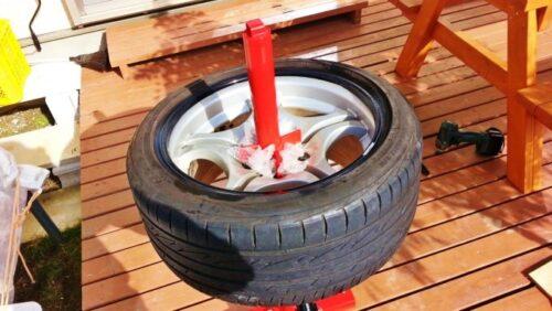 タイヤはホイールには手で押すだけで入っていきますので、とても簡単