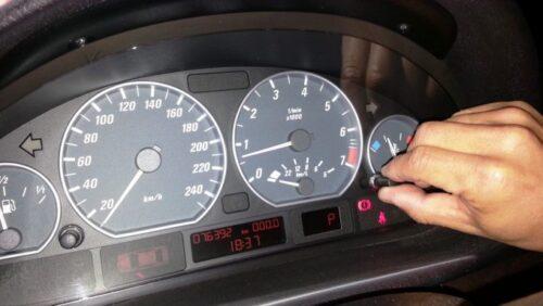 時計が表示されている状態でメーター右側にある竜頭を強めに右や左に回してセット