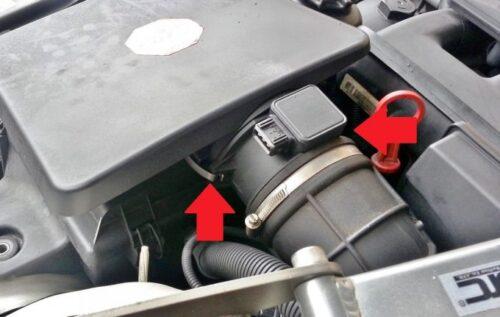 エアクリーナーの後ろ側にあるエアフロセンサーのところにある引っ掛け固定型の金属パーツ(2ヶ所、もう一箇所は裏側で見えていない)を外す