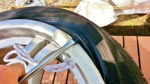 テコの原理でタイヤレバーにグイッと力を入れてやると、タイヤのビードがホイールの上に上がってきます