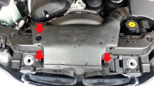 エンジン前方の方にあるカバーを外すために、赤矢印のところにあるプラスチックリベットを外す