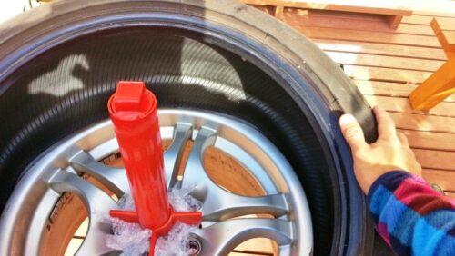 タイヤをホイールの上に乗せ、両手でグイグイっとホイールに押し込んでいく