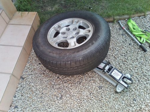 油圧ジャッキの上にタイヤを乗せる