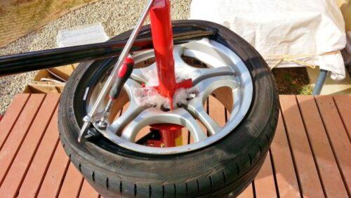 レバーの先程使った方と反対側を使って、こんな感じでタイヤをはめ込んでいるところ
