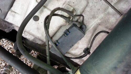 パッドセンサーを交換する場合は、ホイールハウス内にあるプラスチック製の箱のところでセンサーの接続を取り外す