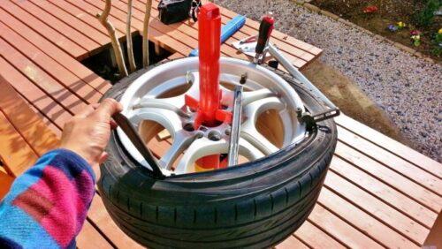 タイヤレバーを使ってグイグイっと少しづつ、タイヤをホイールにはめ込んでやる