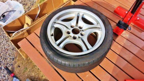 手動タイヤチェンジャーを使ったタイヤ組み換えは完了