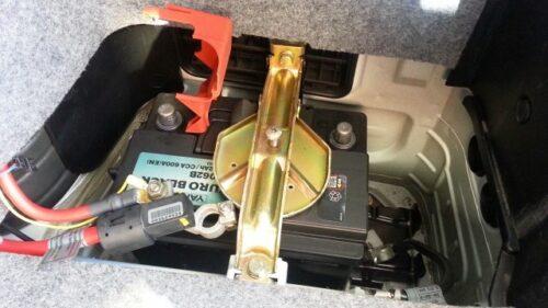 バッテリーのマイナス端子、プラス端子の順番で取り外し、一時間ほど放置