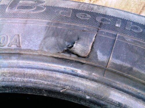 一度このビードブレーカーで取り外したタイヤには、必ずこのような傷が入ってしまいます