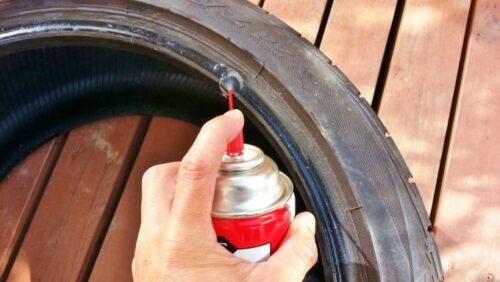 シリコンスプレーをタイヤに塗布