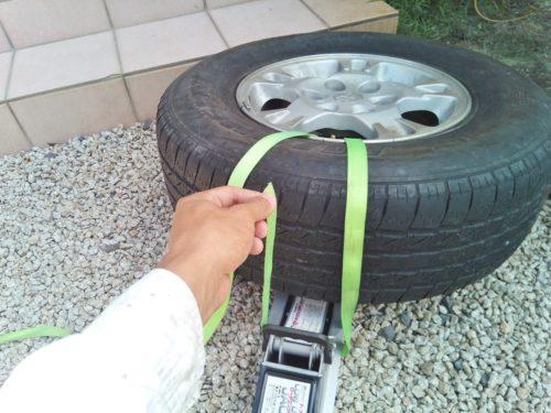 結束ベルトでタイヤとジャッキを固定しているところ