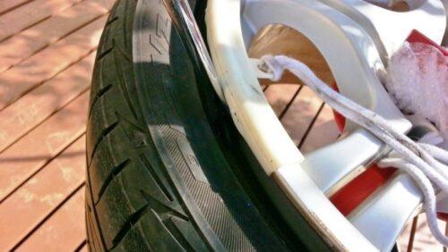 タイヤレバーをホイールとタイヤの隙間に挿入