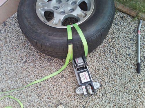 結束ベルトでタイヤとジャッキを固定