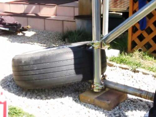 力いっぱい単管パイプを押し上げる