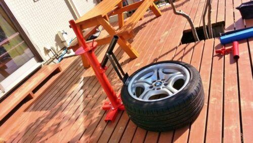 タイヤチェンジャーの下側にあるビードブレーカー部にタイヤをセット