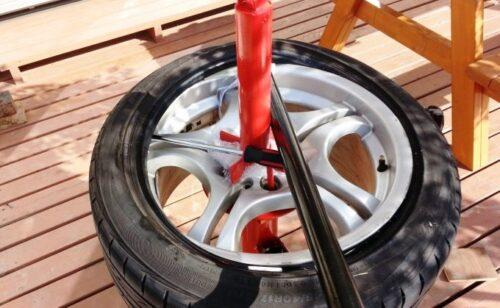 赤いタイヤチェンジャーの棒を軸にして、グル~っとレバーを回していけば、タイヤを取り外せる