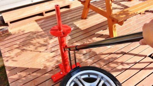 タイヤチェンジャーに付属のレバーを差し込み、下側にグイッと力を入れる