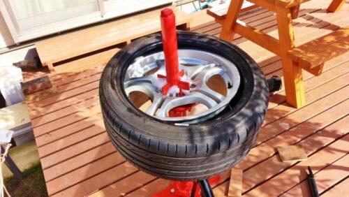 赤いタイヤチェンジャーの棒を軸にして、グル~っとレバーを回してタイヤを外したところ